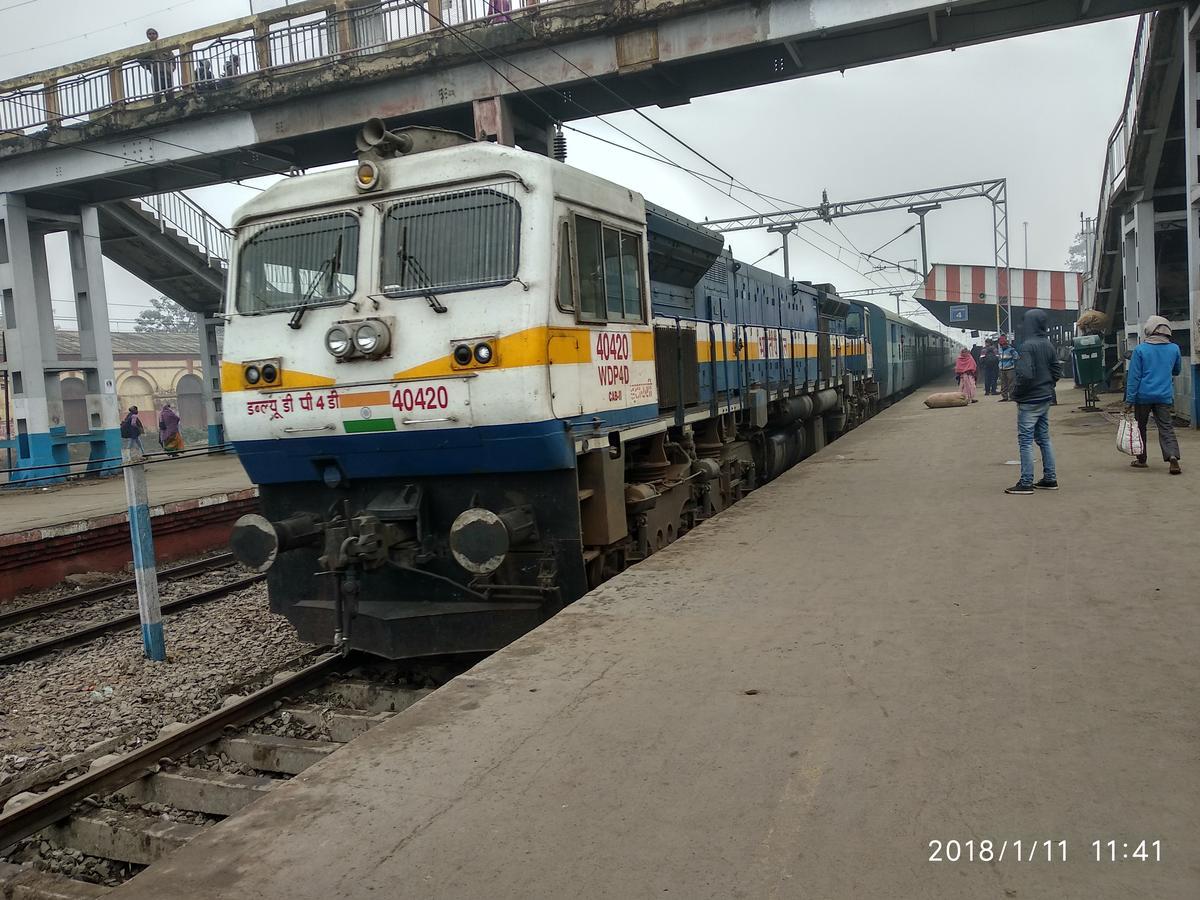 2992249-0: #RailfanningAtDanapur ET WDP4D 40420 i 12142/Patliputra - Mumbai  LTT SF Express - Railway Enquiry