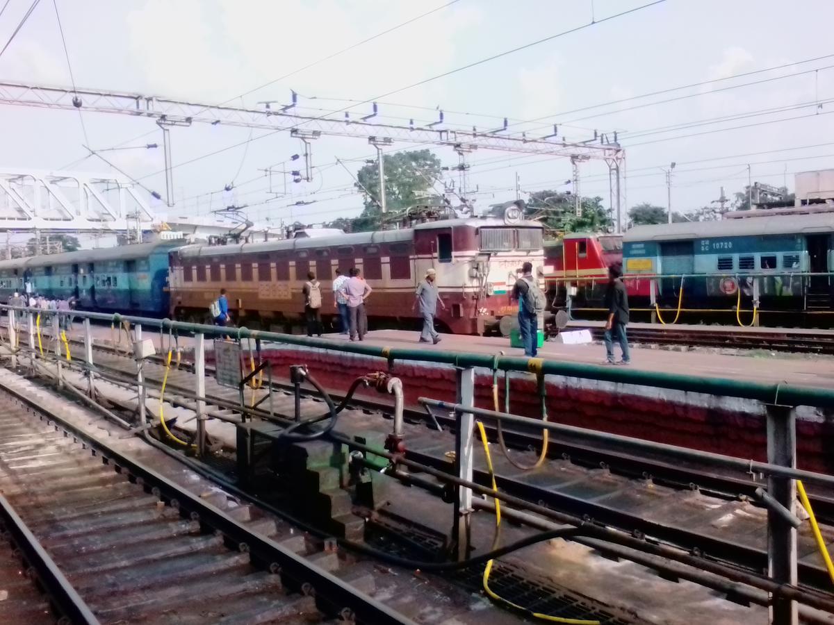 07092 train running status