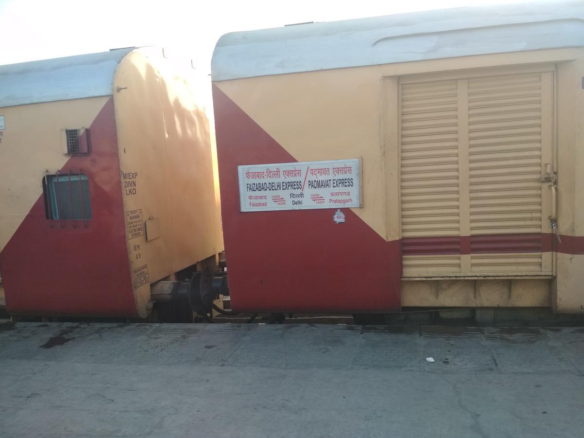 Shahjahanpur to Rudauli: 10 Trains - Railway Enquiry