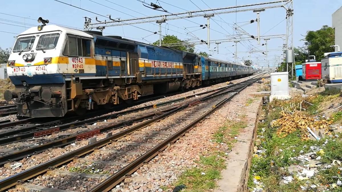 40143 PUNE WDP-4D with 12628 NDLS - SBC Karnataka express departures.