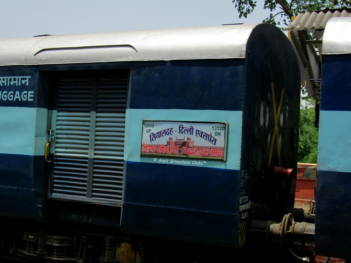 Patna to anand vihar train live status