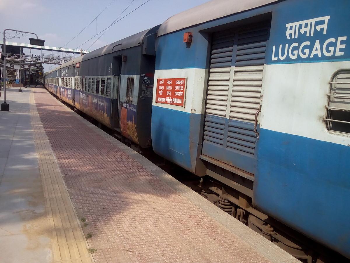 12883/Rupashi Bangla Express - Santragachi to Purulia SER